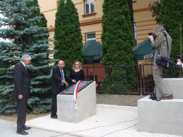 From right, Sharon Frant Brooks, Rabbi Michael Schudrich, the chief rabbi of Poland, and a member of the Polish Catholic clergy dedicating a memorial to the lost Jewish community of Dubiecko.